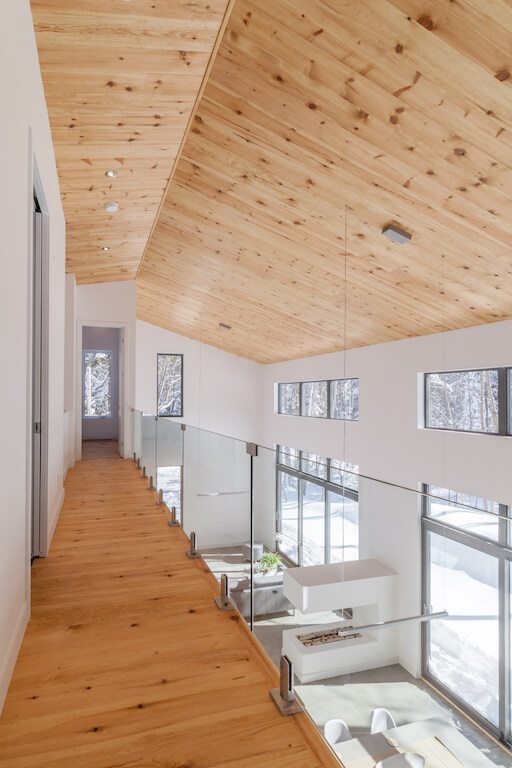 Vue du corridor à l'étage, projet La Mésange réalisé par Biophile