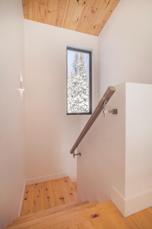 Vue de l'escalier vers le rez-de-chaussée, projet La Mésange réalisé par Biophile