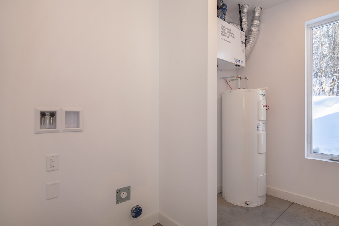 Vue de la buanderie, salle de rangement et salle électromécanique