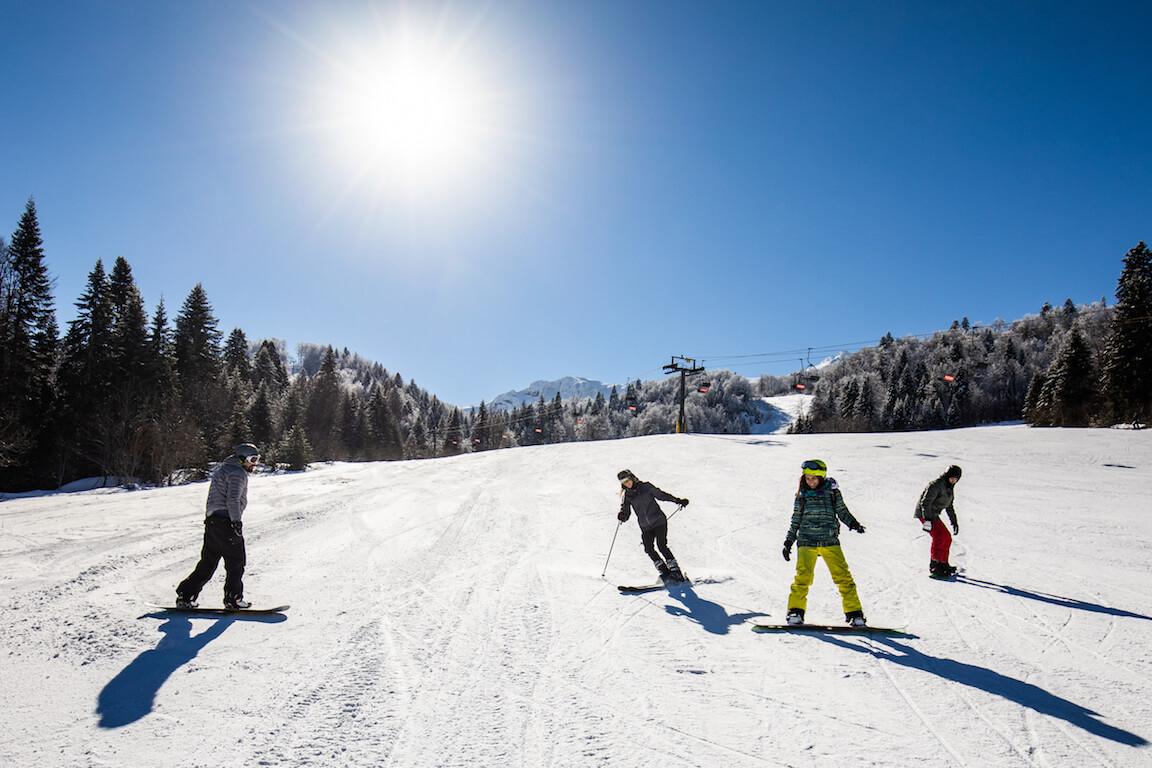 Skieurs sur une pente de ski