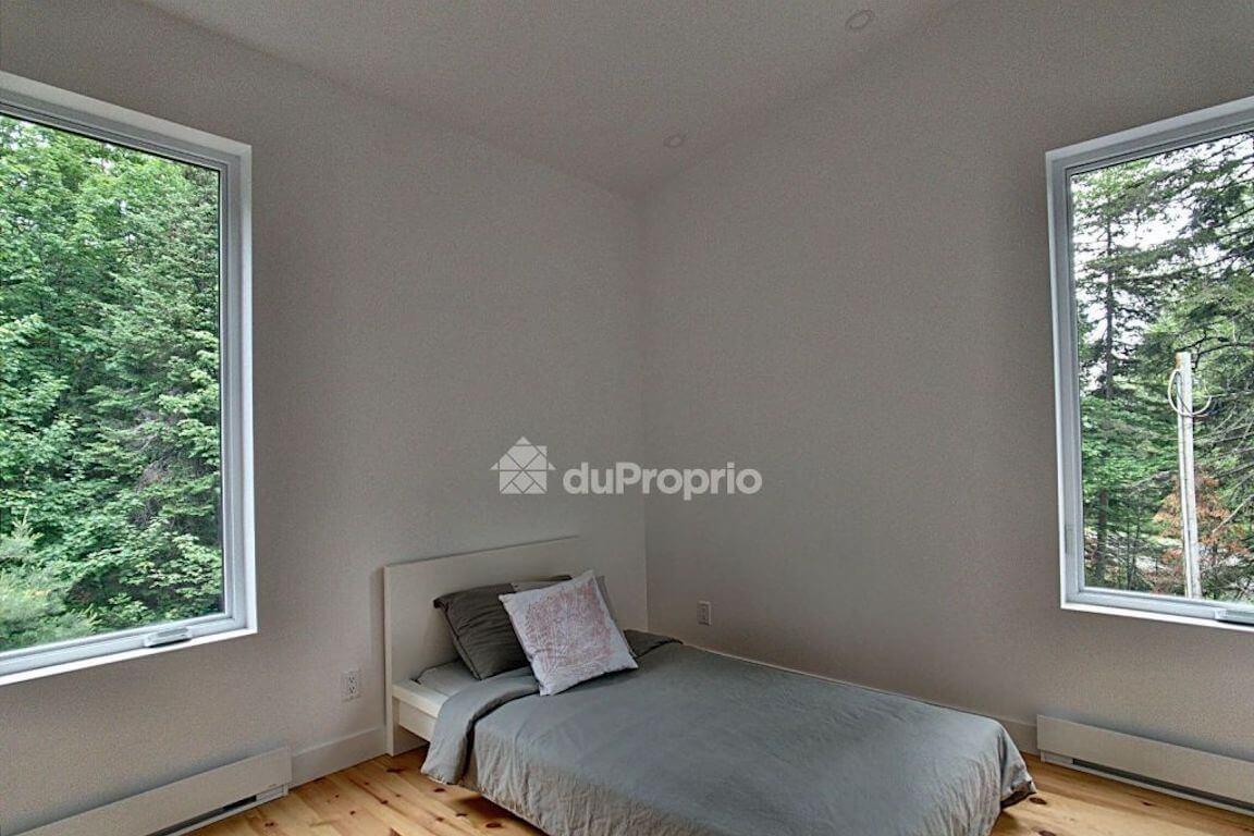 Vue de la chambre à coucher à l'étage, projet La Mésange réalisé par Biophile
