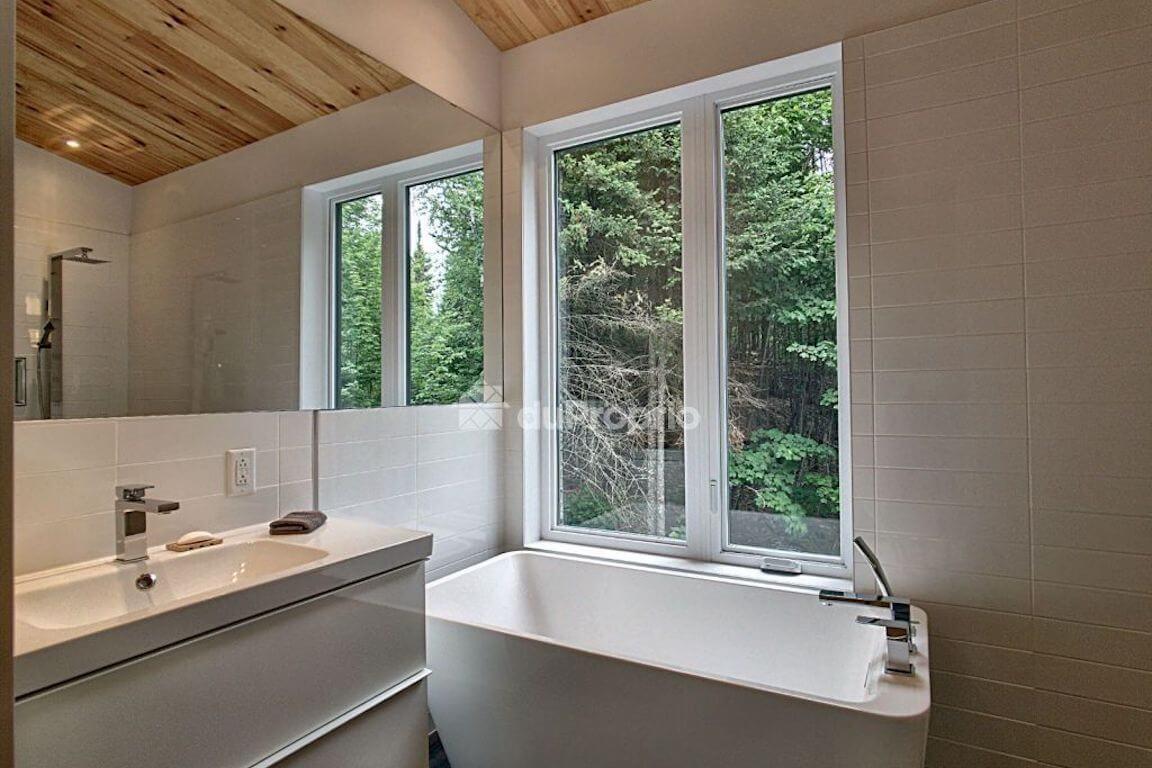 Vue de la salle de bain à l'étage, projet La Mésange réalisé par Biophile