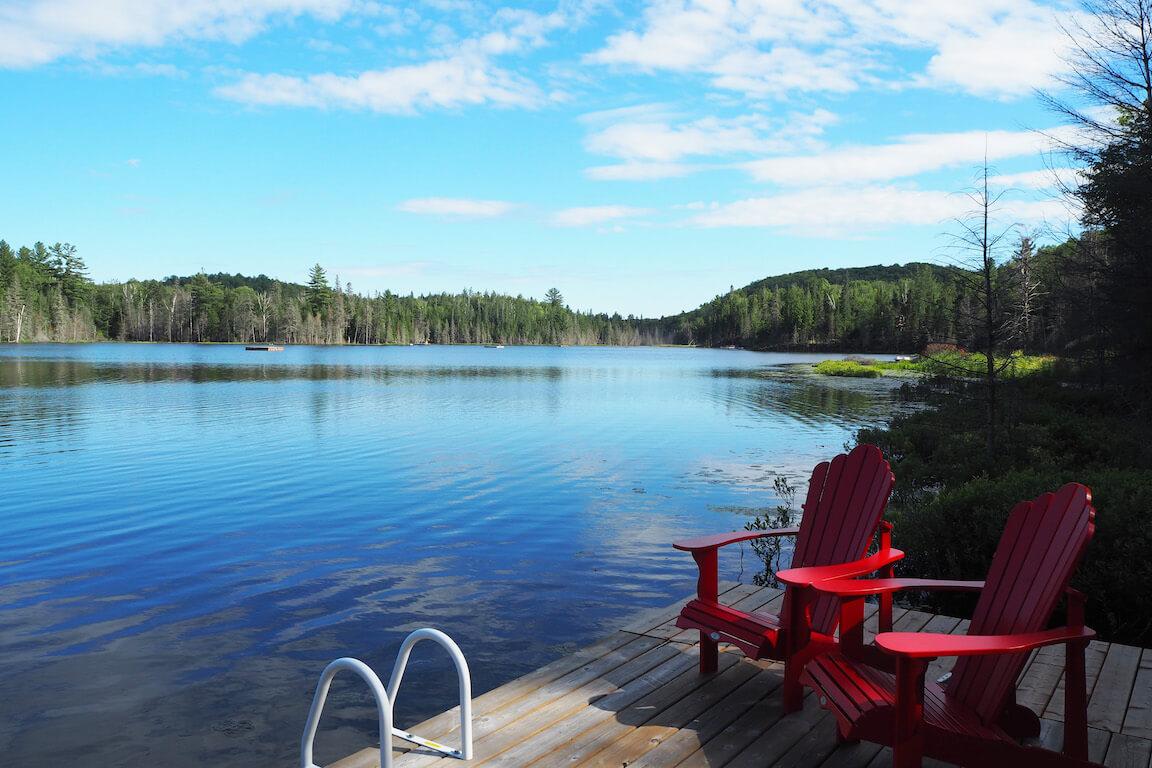 Vue du Lac Piché et du quai avec escalier pour la baignade et deux chaises Adirondack, Sainte-Marguerite-du-Lac-Masson