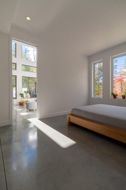 Vue de la chambre à coucher au rez-de-chaussée avec fenestration du côté ouest, projet Le Colibri réalisé par Biophile