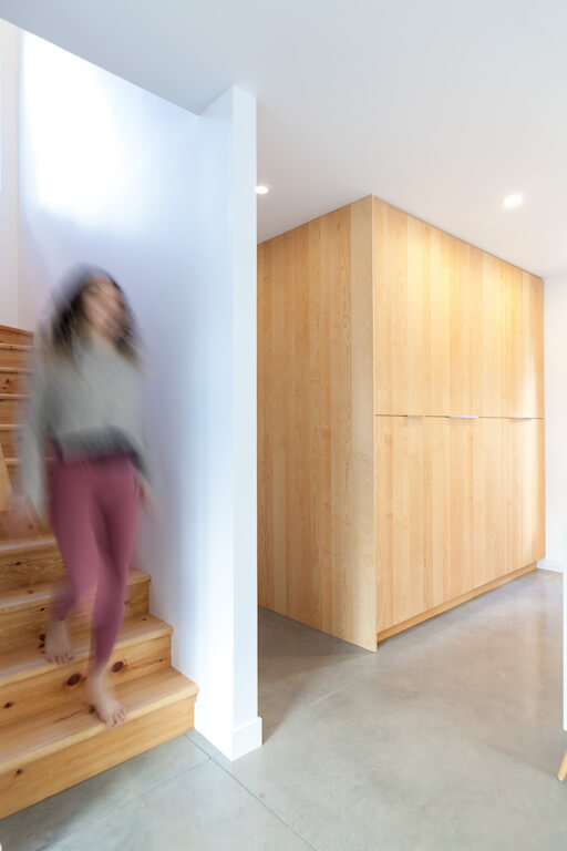 Vue de l'escalier au rez-de-chaussée, projet Le Colibri réalisé par Biophile