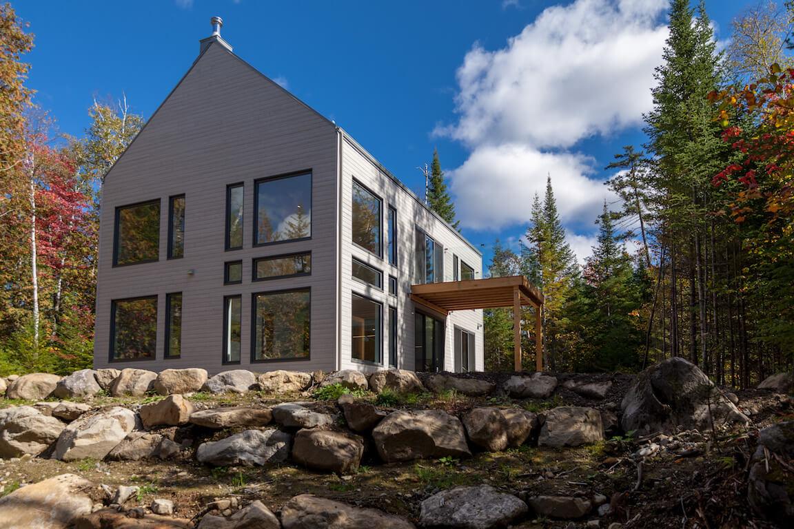 Façade ouest avec vue de la terrasse et du balcon se trouvant côté Sud, projet Le Colibri réalisé par Biophile