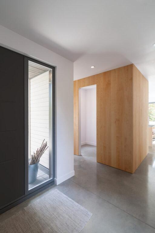 Vue du hall d'entrée et du vestiaire au rez-de-chaussée, projet Le Colibri réalisé par Biophile