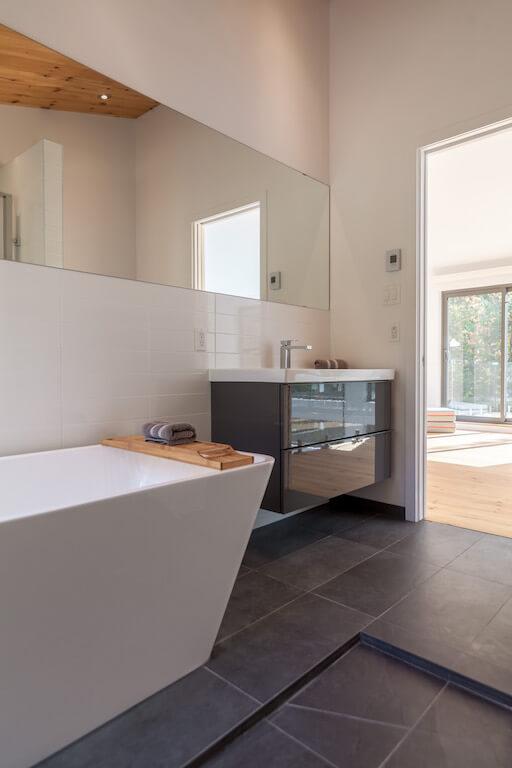 Vue de la salle de bain à l'étage, projet Le Colibri réalisé par Biophile