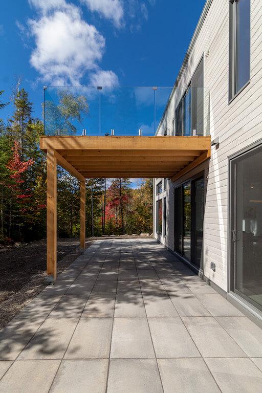 Vue de la terrasse et de la forêt environnante, projet Le Colibri réalisé par Biophile