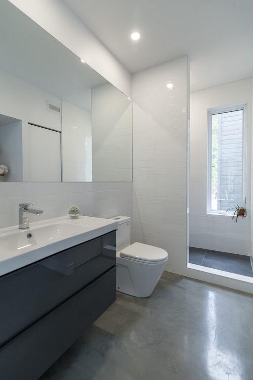 Vue de la salle de toilette avec douche au rez-de-chaussée, projet Le Colibri réalisé par Biophile