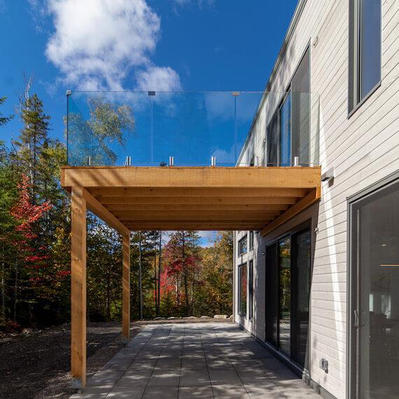 Vue de la terrasse et du balcon, côté Sud, projet Le Colibri réalisé par Biophile